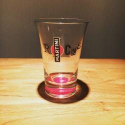 Glas Martini on the rocks rode bodem
