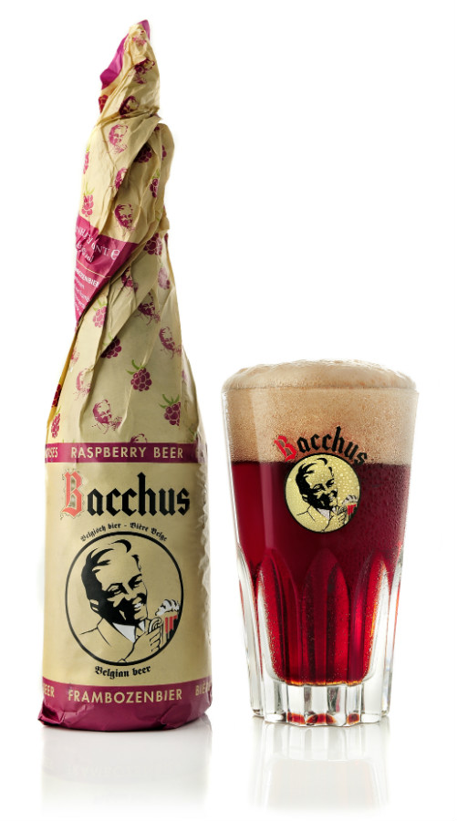 Verre Bacchus contenant la bière + photo de la bouteille