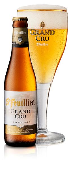 Verre de Saint Feuillien Grand Cru rempli de bière avec sa bouteille